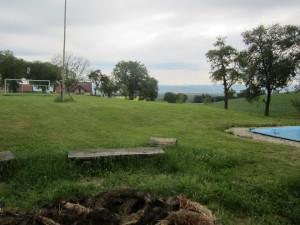 Feuerstelle und Fußballplatz